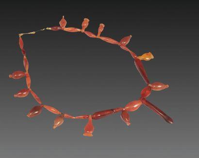 COLLIER formé de perles alternées de pendants en forme de boutons floraux et d'une...
