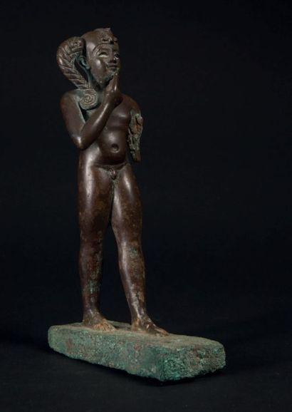 STATUETTE D'HARPOCRATE. Statuette votive représentant le dieu Harpocrate nu, debout...