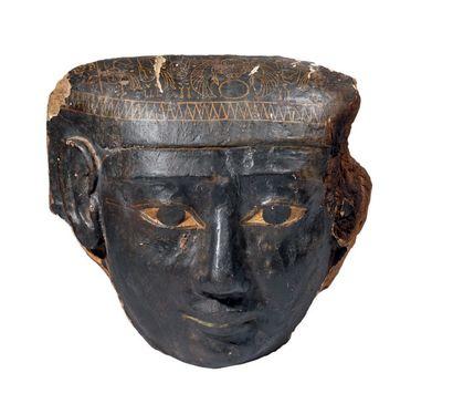 MASQUE DE SARCOPHAGE. Grand masque de sarcophage à la carnation noire, le sommet...