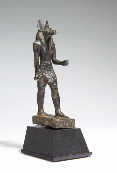STATUETTE D'ANUBIS. Statuette votive représentant le dieu Anubis debout sur une...