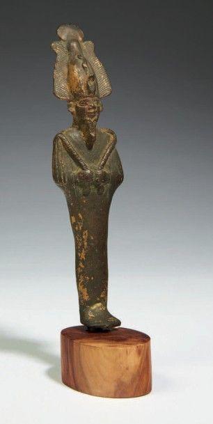 STATUETTE D'OSIRIS. Statuette votive représentant le dieu Osiris momiforme, les...