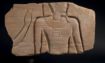 AMON PROTÉGÉ PAR UNE DÉESSE. Bas-relief sculpté...