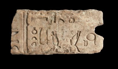 NEKHBET ET HORUS. Bas-relief fragmentaire...