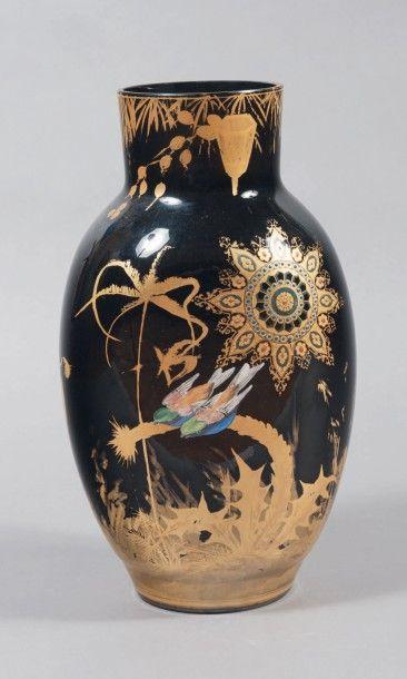 VAL SAINT LAMBERT Vase Hyalite en verre noir opaque. Décor peint à l'imitation de...