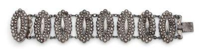 BRACELET en acier articulé de motifs ovales...