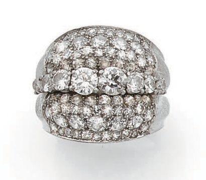 LARGE BAGUE bombée en platine, pavée de diamants,...