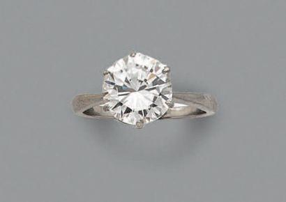 BAGUE en or gris, ornée d'un diamant de taille...