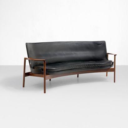 Ib Kofod-larsen (1921-2003) Danemark Ensemble de salon comprenant un canapé incurvé,...