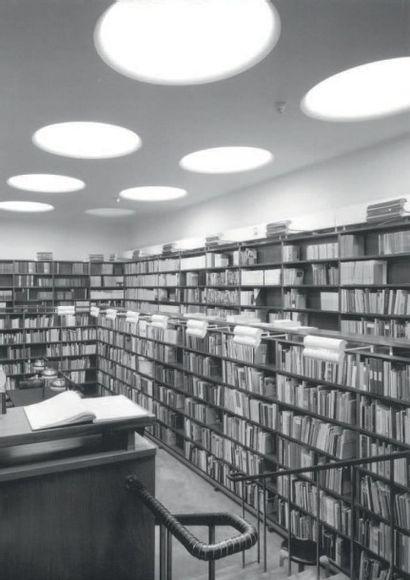ALVAR AALTO (1898-1975) Finlande Paire d'appliques Métal et laiton laqués Édition...