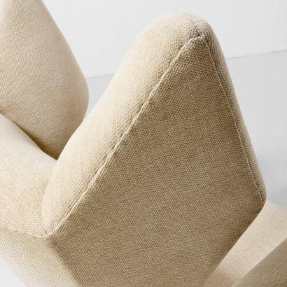 TRAVAIL DANOIS Danemark Grand fauteuil à oreilles Bois et drap de laine Vers 1950...