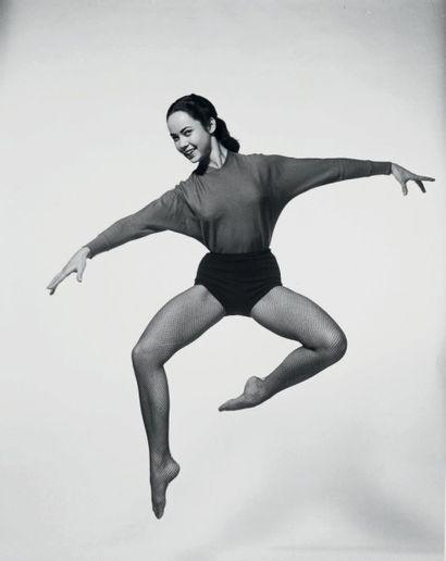 Philippe HALSMAN Jump series, Betta St. John, 1950 Tirage argentique d'époque. Tampon...