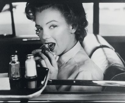 Philippe HALSMAN Marilyn Monroe at the drive-in, vers 1952 Tirage argentique d'époque....