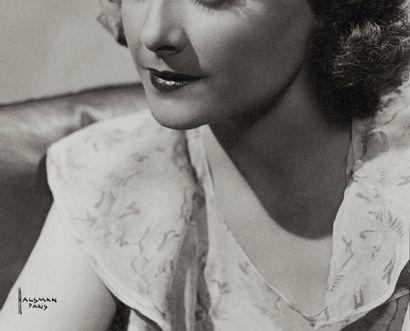 Philippe HALSMAN Portrait de femme Tirage argentique d'époque. Tampon au dos. Signé...