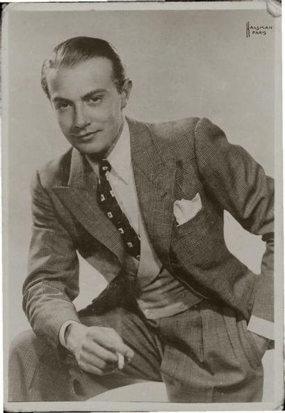 Philippe HALSMAN Portrait d'homme à la cigarette Tirage argentique d'époque. Tampon...