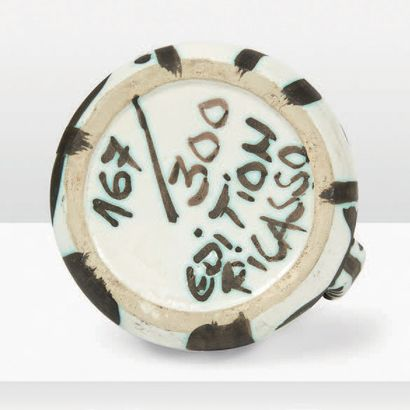 Pablo Picasso (1881-1973) Pichet Grès émaillé noir et vert sur fond crème à décor...