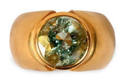 Bague jonc en or jaune 18K (750 °/°°) sertie d'un béryl vert. Poids brut: 11,43...