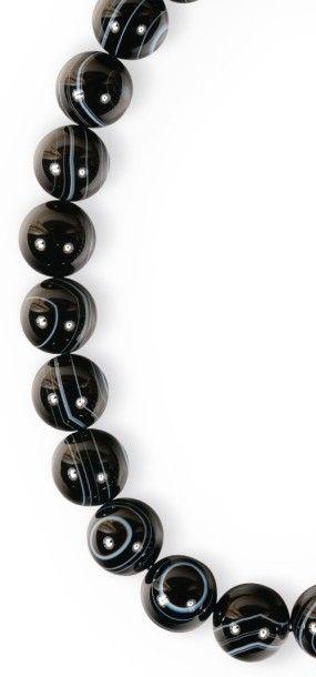 Collier en argent constitué de pierres ornementales...