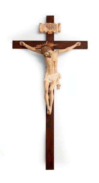 Important crucifix avec Christ en bois polychrome....