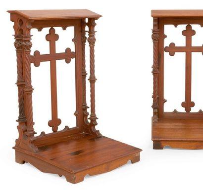 Paire de prie-Dieu en bois sculpté. Style...