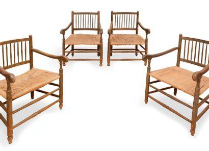 Cinq fauteuils avec dossiers à barreaux....