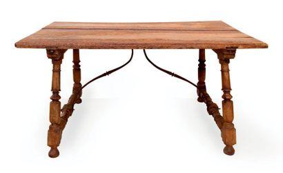 Table en bois (noyer?) à pieds divergents...