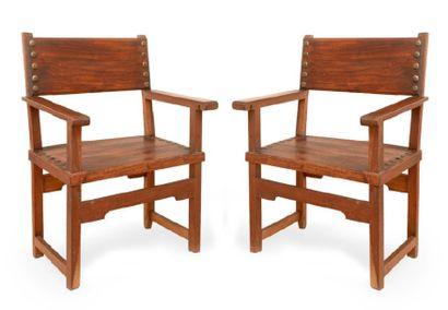 Deux fauteuils en bois et cuir à pieds droits...