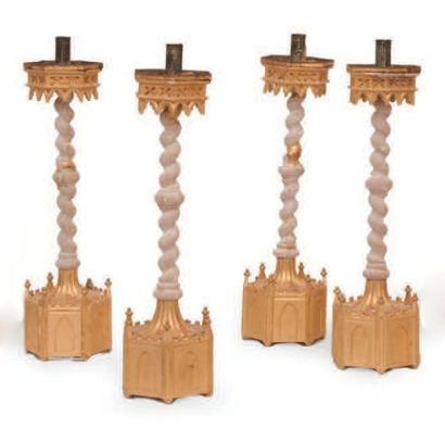 Quatre flambeaux d'église en bois sculpté...