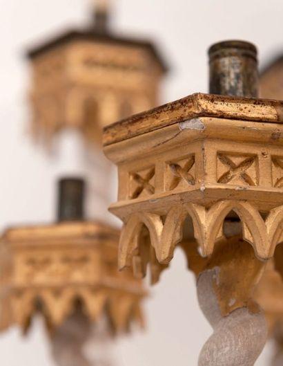 Quatre flambeaux d'église en bois sculpté et doré. Style Néo-Gothique, XIXe siècle....