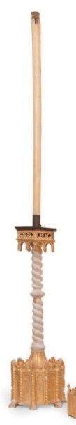 Paire de grands flambeaux d'église en bois...