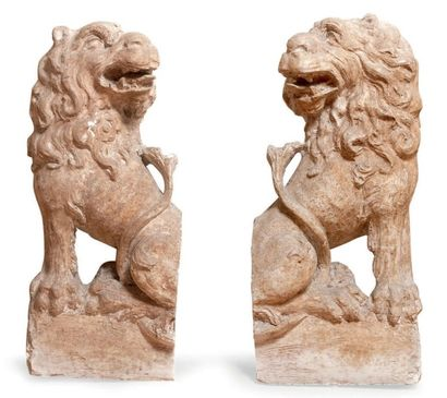 Plâtre sculpté et patiné représentant les armoiries Truyols surmontées d'un heaume....