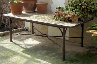 Table d'extérieur, le plateau en carreaux...
