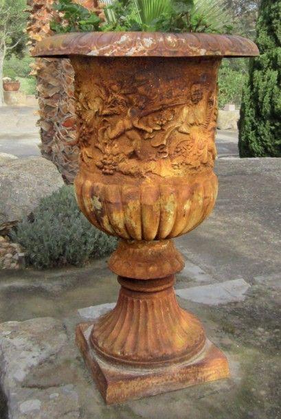 Deux grandes vasques Medicis en fonte (restaurations)...