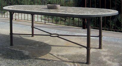 Table d'extérieur ovale, le plateau en carreaux...