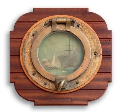 Hublot de bateau, le fond décoré d'une scène...