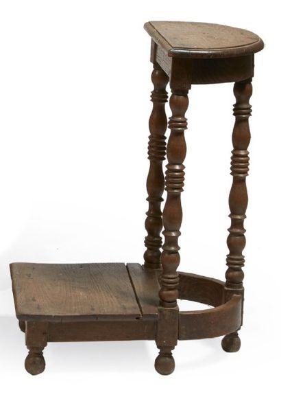 TABOURET DE CHANTRE en chêne, pieds à colonnes,...