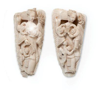 Deux plaques en ivoire sculpté représentant...