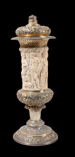 Grande coupe en ivoire sculpté en bas relief...