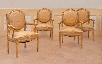 Suite de quatre fauteuils en bois sculpté...