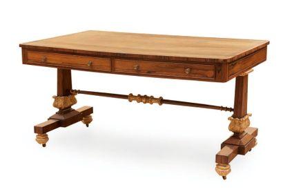 Bureau ou «Writing table» en placage de noyer...