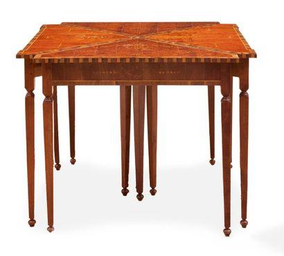 Entorsillada, suite de quatre tables en formant...