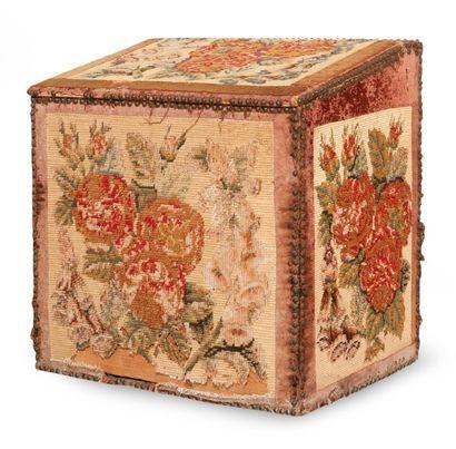 Coffre à bois recouvert de tapisseries. H_71...
