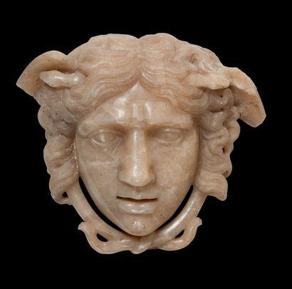Tête de Méduse en albâtre sculpté en applique....