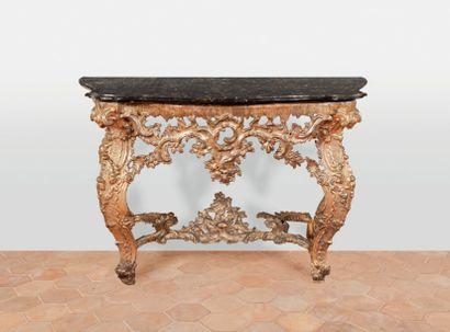 Console en bois richement sculpté et doré....
