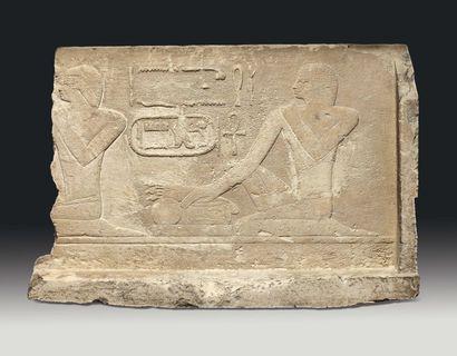 Relief sculpté de deux hommes agenouillés,...