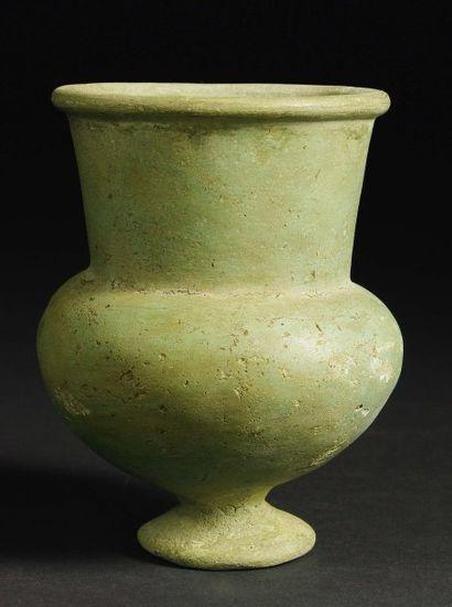 Vase à panse sphérique reposant sur un pied...