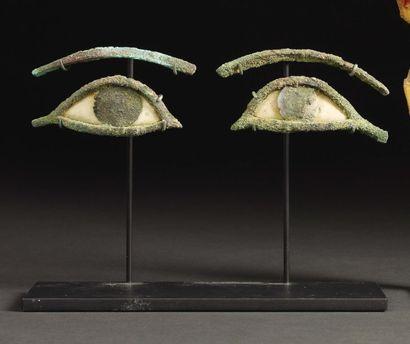 Paire d'yeux et de sourcils provenant d'un...