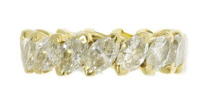 ALLIANCE sertie de diamants navette en chatons...