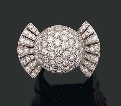 Bague boule pavée de diamants brillantés....