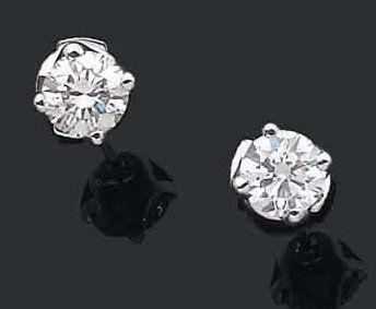 Paire de clous d'oreilles ornés d'un diamant...