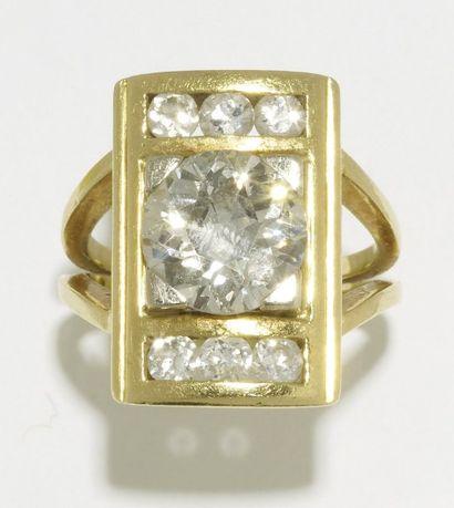 BAGUE de forme rectangulaire ornée d'un diamant...
